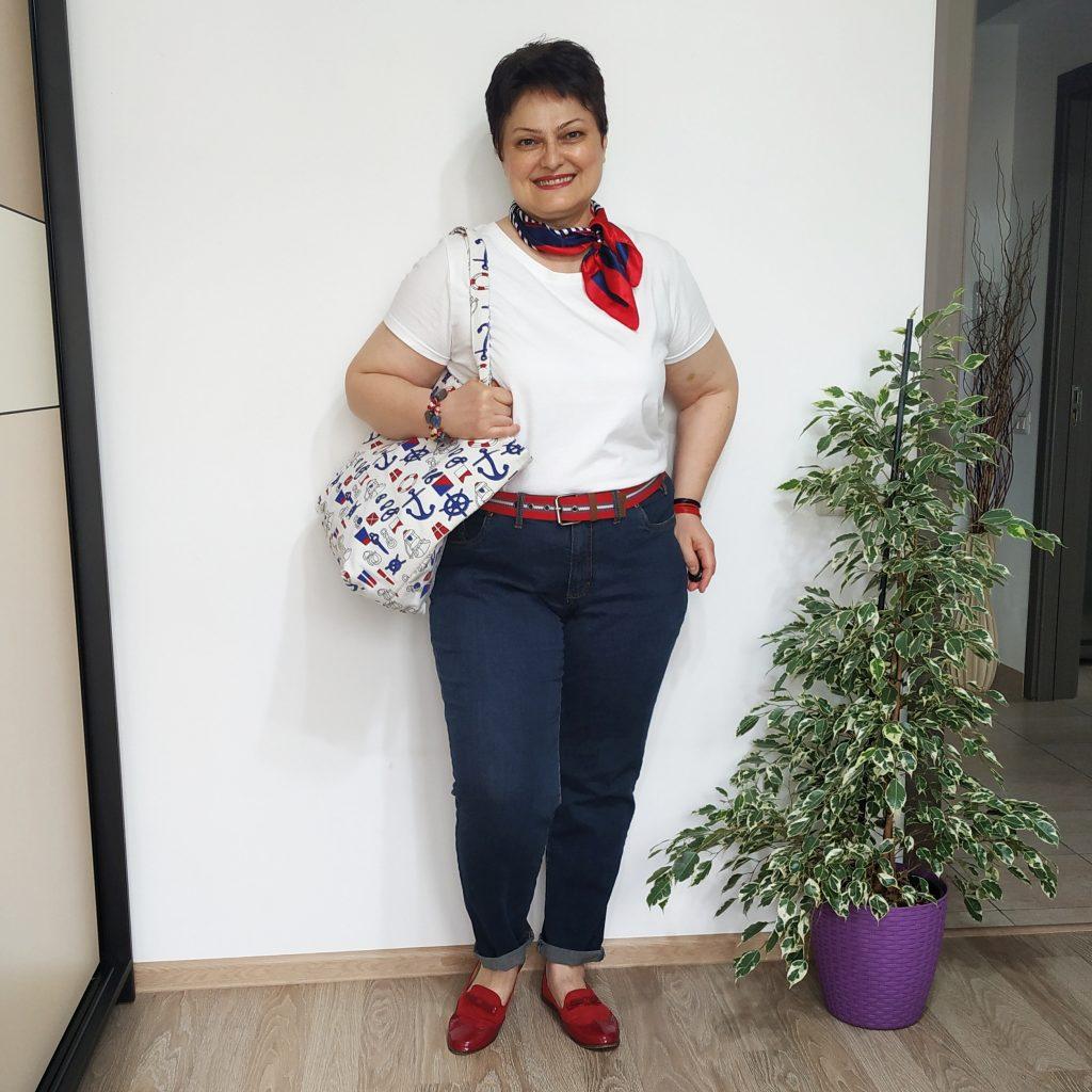 tricou alb, blugi, pantofi si accesorii rosii
