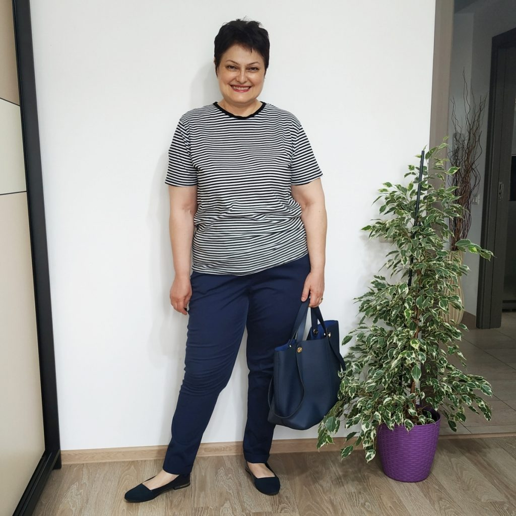 tricou in dungi, pantaloni chino