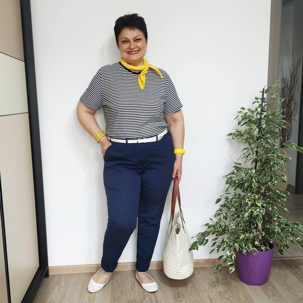tricou in dungi, pantaloni chino, accesorii albe si galbene